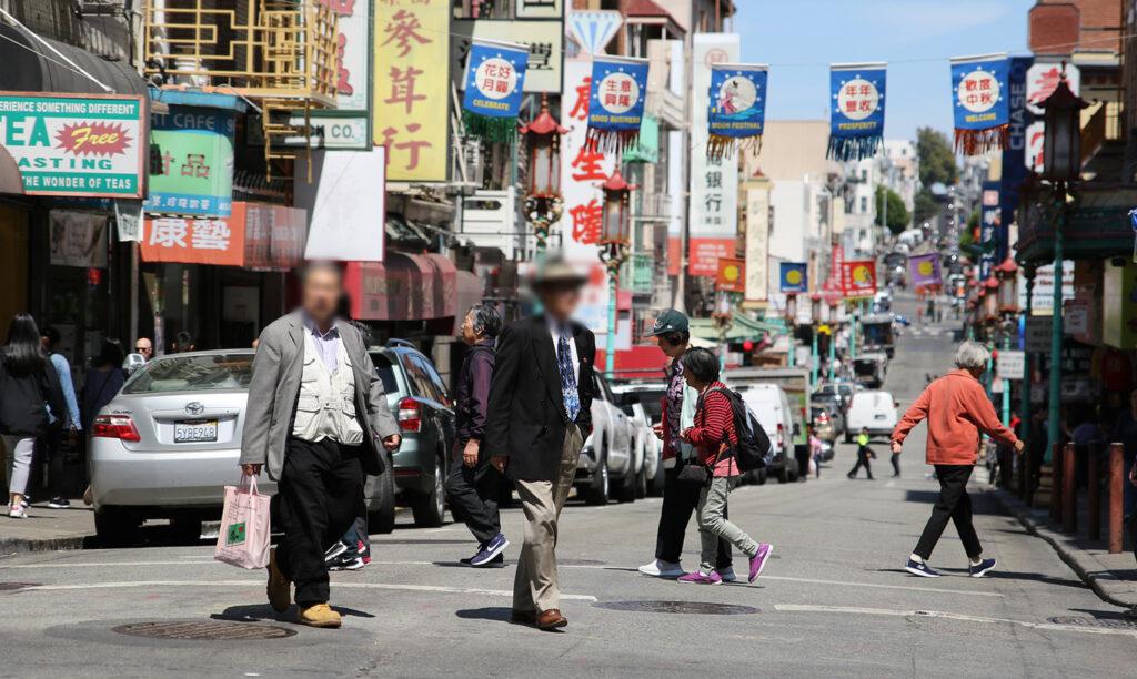 中国の街で行きかう人々