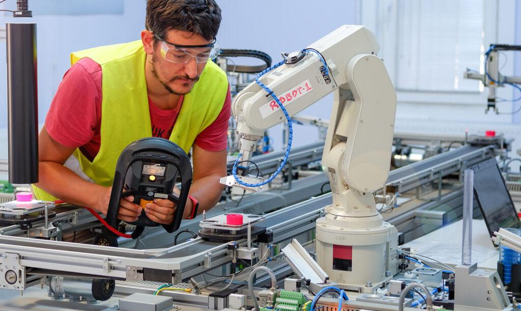 人と一緒に作業する協働ロボット