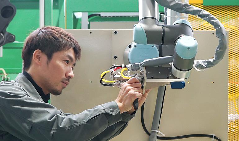 協働ロボットをメンテナンスしている写真