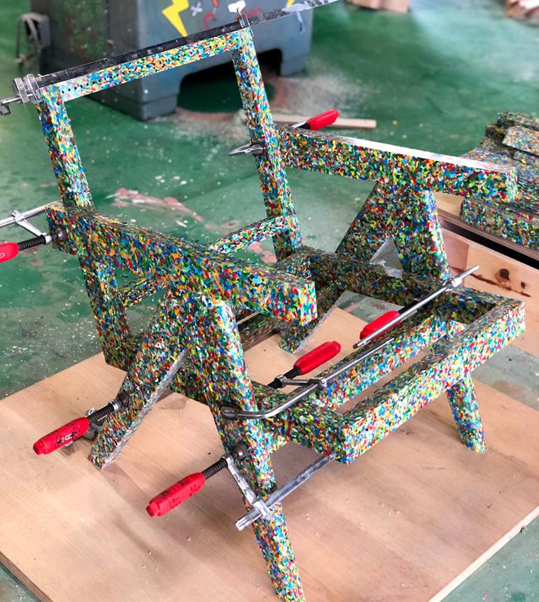 ペットボトルキャップから採ったHDPE板材を使用し制作したデザインチェアの骨組写真-前方