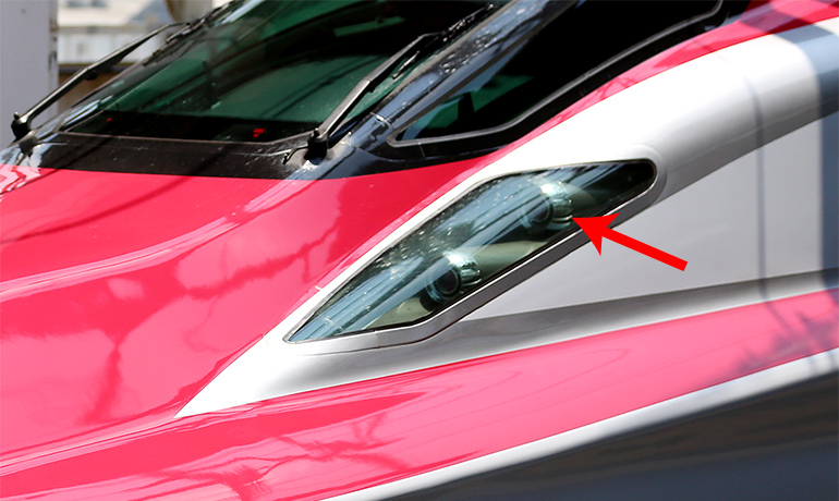 「東北新幹線 E6系こまち、E7系かがやき」のヘッドライトカバーの位置