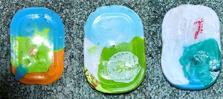 ペットボトルキャップに熱を加え、色が混ざりあって固まった様子の写真