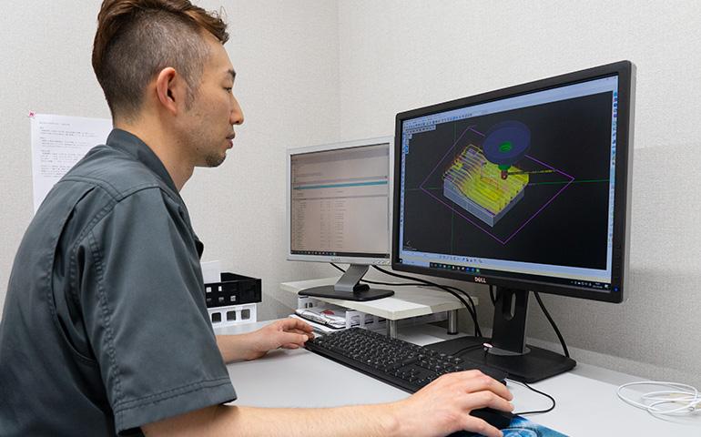 関工場-CAM作業中の写真