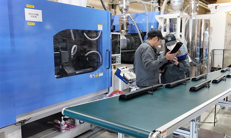 浜松工場の射出成形現場の写真
