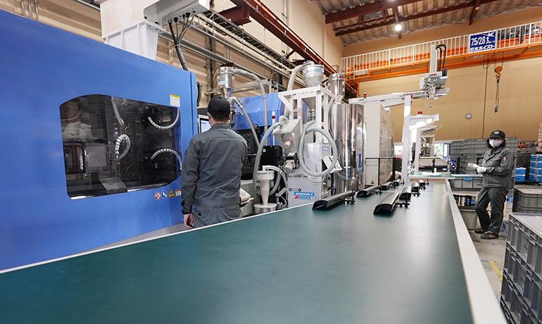 浜松工場の射出成形現場写真