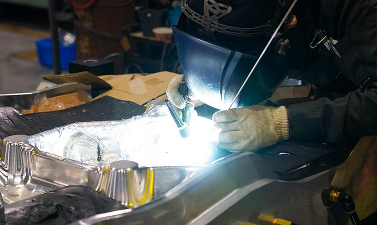 関工場-溶接作業中の写真