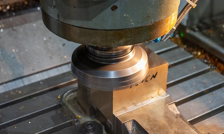 寿工業株式会社の片持形プラノミラーの加工中の写真